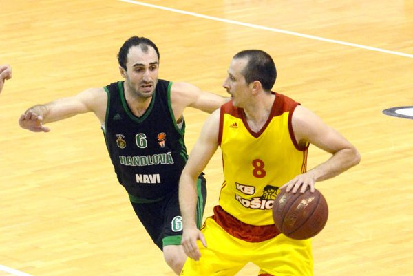 Srbský rozohrávač v akcii. R. Pilčevič (vpravo) si pripísal 16 bodov.