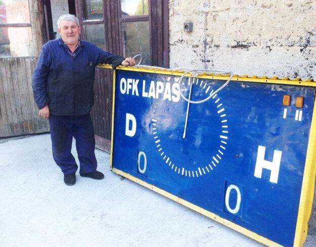 Na Lapáši doslúžil po 17 rokov starý ukazovateľ skóre a času, nahradila ho nová digitálna tabuľa. Na snímke Jozef Šrank, bývalý hospodár a zhotoviteľ starej tabule.