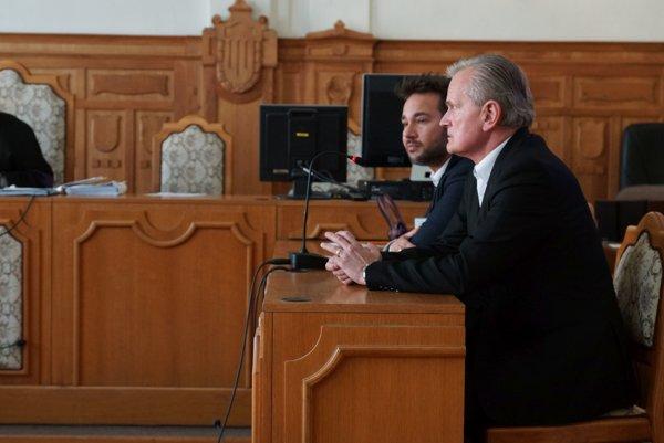 Obžalovaní na súde.