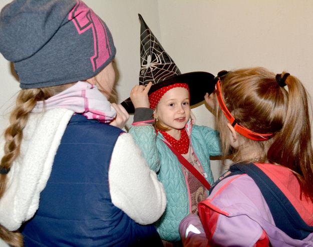 Čelovky, spacáky aj rekvizity. Deti sa na zážitkovú noc pripravili zodpovedne.