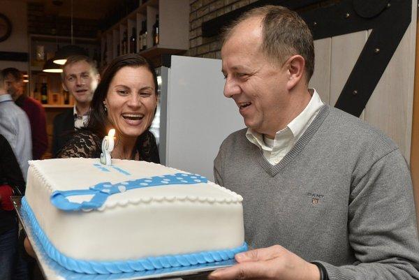 Primátora Trenčína Richard Rybníček (vpravo) prijíma tortu od manželky Lucie vo svojom volebnom štábe po zverejnení predbežných výsledkov volieb do orgánov samosprávy v novembri 2014.