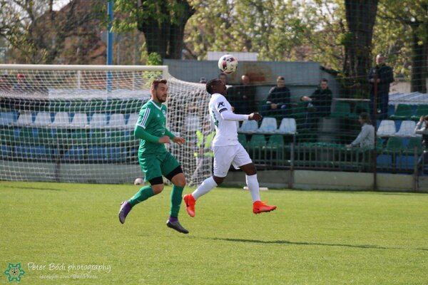 Tawanda Muchaya vsúboji sbývalým hráčom FKM A. Bombiczom.