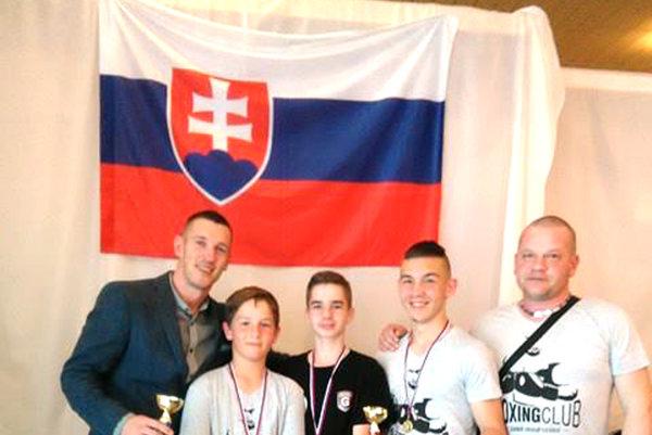 Prezident SBF Tomi Kid Kovács s levickými boxermi (zľava Tomi Kid, Dávid Kišš, Roman Sabo, Viktor Kišš, manažér Gabriel Kišš)
