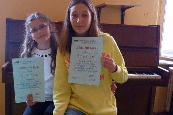 Úspešné flautistky. Terézia Stanková (vľavo) aSoňa Mindová.