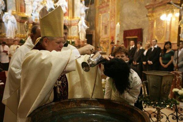 Počas dnešnej Bielej soboty pokrstí biskup Judák 22 dospelých.