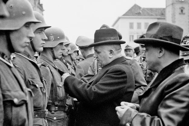 Jozef Tiso 31. októbra 1944 vyznamenáva v Banskej Bystrici nemeckých vojakov, ktorí potlačili povstanie. Foto: Archív ČTK