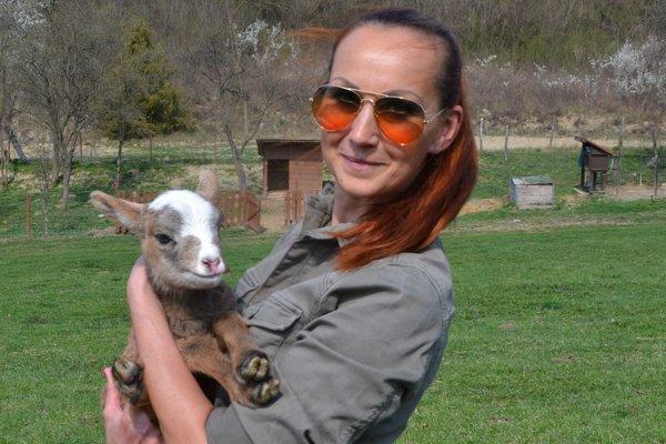 Silvia Kanátová s čerstvým prírastkom na farme.