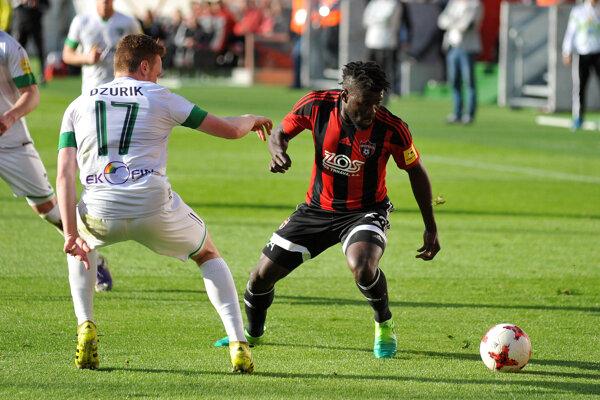 Na snímke vpravo autor štvrtého trnavského gólu Robert Tambe.
