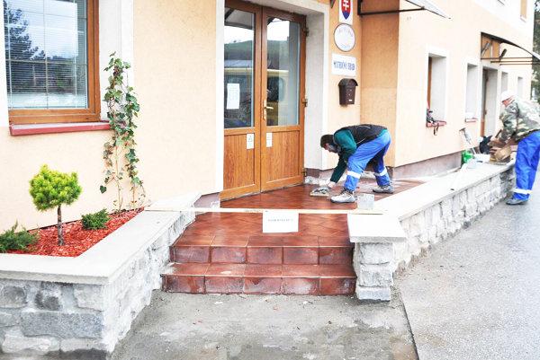 Z jednej časti sú schody, zdruhej bezbariérový prístup.