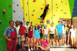 Lezecká stena stojí aj vďaka dobrovoľníkom.
