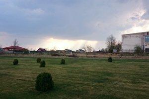 Toto zostalo z parku. Tam, kde sa končí pokosená tráva, zatiaľ rastie burina. Onedlho tam majú vyrásť ďalšie rodinné domy. Ich budúci majitelia nesúhlasia s výstavbou bytovky.