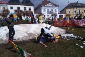 Ešte v nedeľu to vyzeralo, že toto je posledná kopa snehu. Lúčili sme sa s ňou v Kremnici na Veľkonočnom vajci.