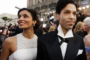 Prince na archívnej snímke z roku 2005 s bývalou manželkou Manuelou Testolini.