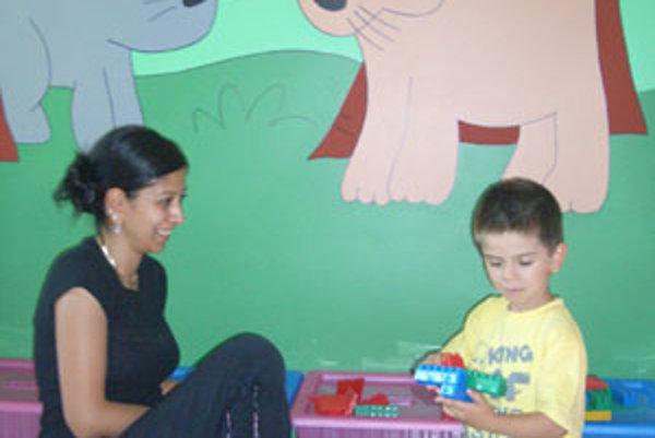 Namaľované zvieratká pozerajú zo stien na hrajúce sa deti.