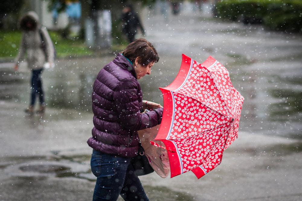 Bratislavčania zápasia s vetrom a snehom.