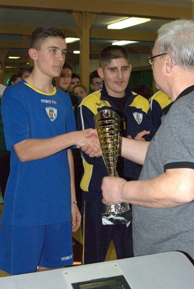 Zľava: Viliam Mag, Erik Gallo a delegát SKoZ Miroslav Precár.