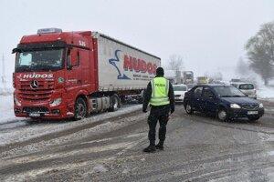 Policajt riadi dopravu medzi Popradom a Hôrkou.