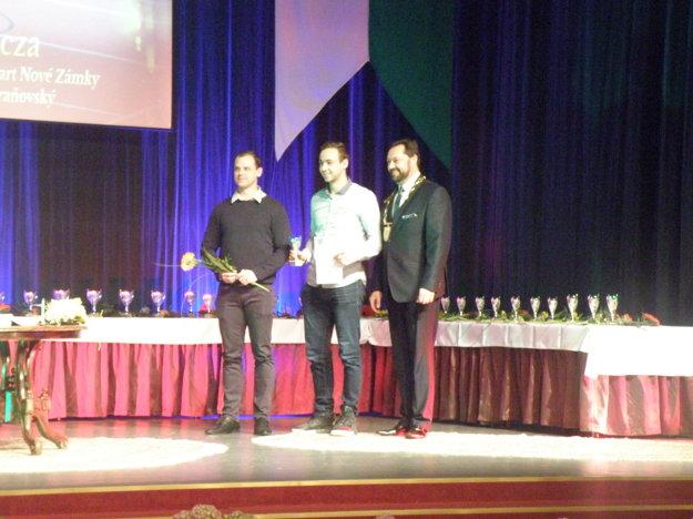 Juniorský reprezentant SR v hádzanej Filip Ficza (uprostred) je oporou A - mužstva HC Štart