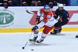 Na snímke Filip Chytil z Českej republiky (vľavo) a Jacob Tortora z USA v zápase skupiny B MS v hokeji hráčov do 18 rokov USA – Česká republika.