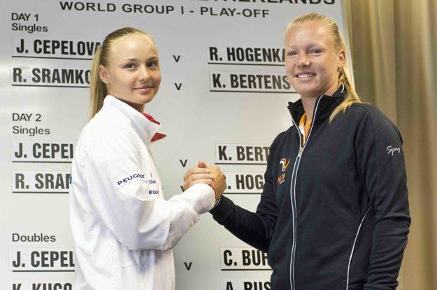 Rebecca Šramková (vľavo) si zahrá premiérovo s Kiki Bertensovou.