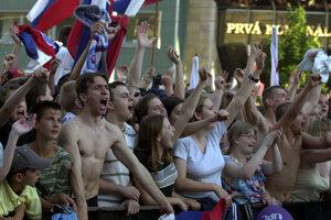 Slovenskí fanúšikovia počas zápasu v uliciach Bratislavy.
