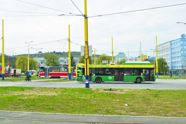 Dopravný uzol Amfiteáter. Tu sa prestupuje z električiek do autobusov alebo opačne.