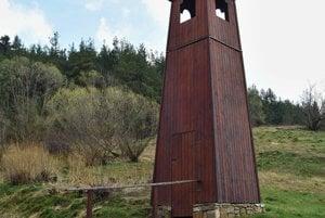Drevená zvonica v časti obce Dravce - Bukovinka.