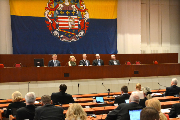 Vedenie mesta a poslanci. Na rokovanie mestského zastupiteľstva chce opozícia dotiahnuť body, ktoré neboli zaradené do programu stretnutia.