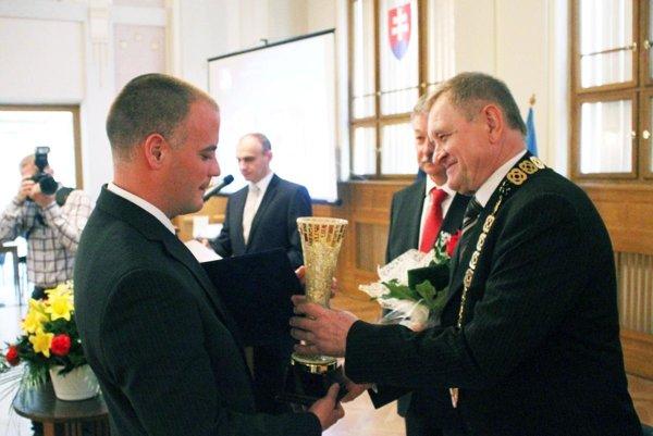 Predseda NSK Milan Belica dekoruje Ľudovíta Kocsisa, najúspešnejšieho športovca Nitrianskeho kraja za minulý rok.