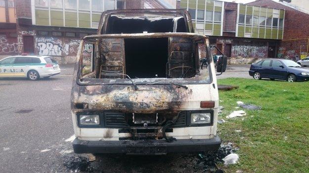 Matúš 14. apríla v nočných hodinách na parkovisku na ulici F. Kráľa spôsobil požiar vozidla zn. VW LT 28.