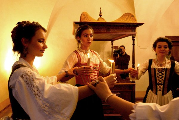 Svadobný tanec v komnate Márie Séči. V pozadí replika postele.