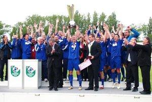 Víťazný pohár zdvihol kapitán Peter Černák, blahoželal mu šéf SFZ František Laurinec.
