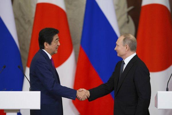 Japonský premiér Šinzó Abe a ruský prezident Vladimir Putin, archívna snímka.