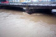 Stúpa aj hladina rieky Kysuca.