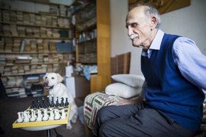 Nevidiaci Ivan Novák je bývalý majster Slovenska v klasickom aj bleskovom šachu - medzi vidiacimi.