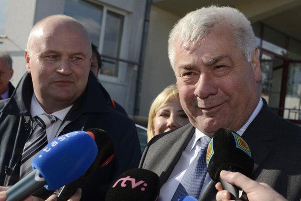 Generálny riaditeľ NDS Ján Ďurišin (vľavo) a minister dopravy a výstavby SR Árpád Érsek.