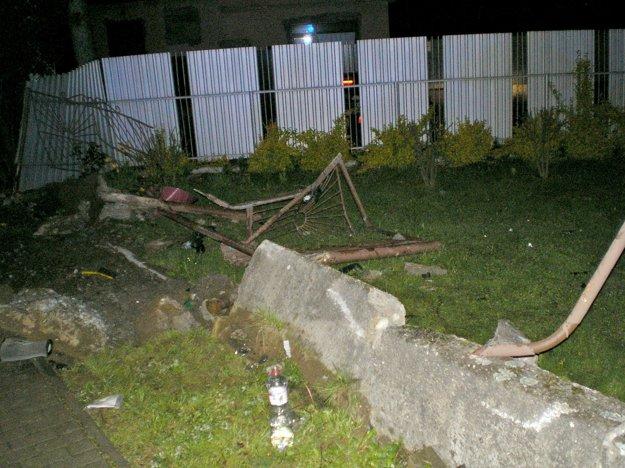 Zdemolovaný plot. Našťastie pri ňom nikto nestál.