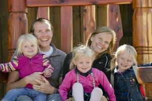 Rodina Parkerovcov v októbri 2011. Zľava doprava: Samantha, Robbie, Madeline, Alissa a Emilie.