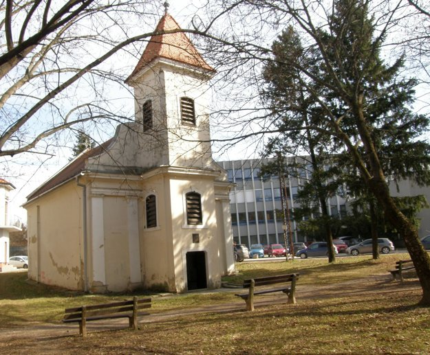 Vnútroblok pri kostolíku na Párovciach. V pozadí je párovské gymnázium.
