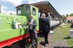 Cestujúci už čakajú na odchod... Nitriansku poľnú železnicu symbolickým kľúčom odomyká riaditeľ Agrokomplexu Mário Dinga, vpravo Ivan Mondočko.