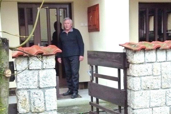 Miroslav Miert hovorí, že na tomto mieste pred jeho dverami ho fyzicky napadol jeden z policajtov.