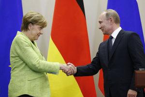 Vladimir Putin a Angela Merkelová počas spoločného stretnutia v Soči.