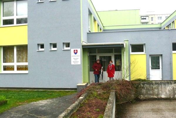 Škola sa nedávno renovovala, poriadok sa po rekonštrukcii oneskoril. Dnes je už všetko vporiadku.