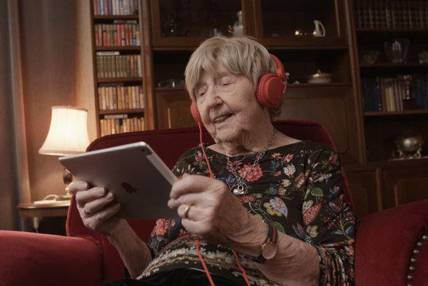 Dagny Carlssonová skúša všetky nové technológie. Vyskúšala si okuliare s virtuálnou realitou a plánuje si kúpiť smartfón.