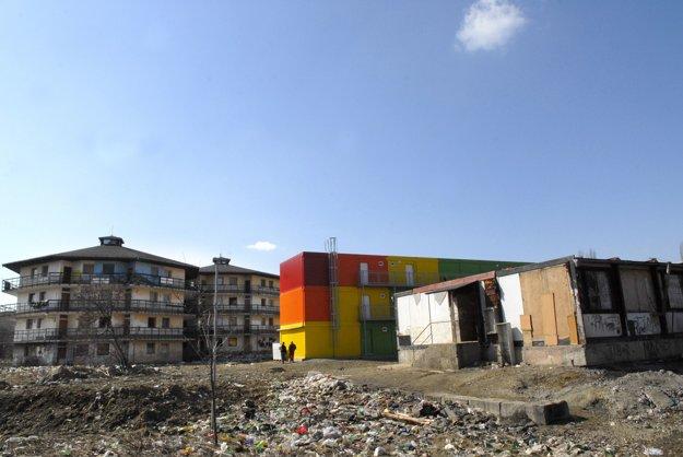 Experimentálne bývanie tu už bolo. Kukurice (vľavo) aj unimobunky (vpravo) zničili, kontajnery nestihli, vzali ich preč.