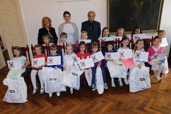 Deti sa najviac potešili balíčkom čokoládových dobrôt a rozprávkovým knihám. Na snímke s organizátormifestivalu.