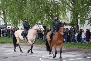 Policajti predvádzali študentom svoju prácu.