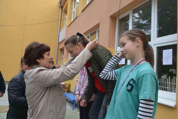 Majsterka Európy Anka Chmelková-Blanáriková pri medailovom dekorovaní mladších žiačok.