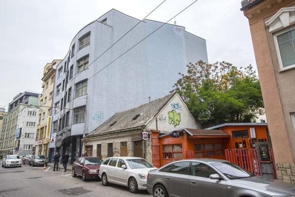 Cenu pozemku na Rajskej ulici znížilo podľa ministerstva vnútra to, že na ňom stojí budova s narušenou statikou.