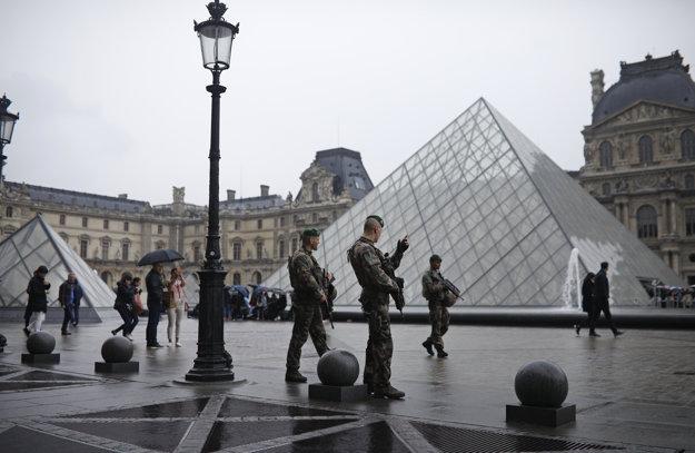 Vojaci hliadkujú pred múzeom v Louvri.